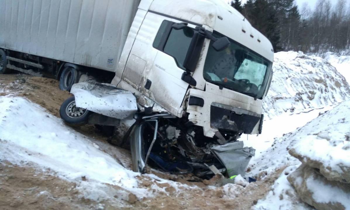 В Шекснинском районе на трассе в лобовом столкновении погиб водитель (ФОТО)