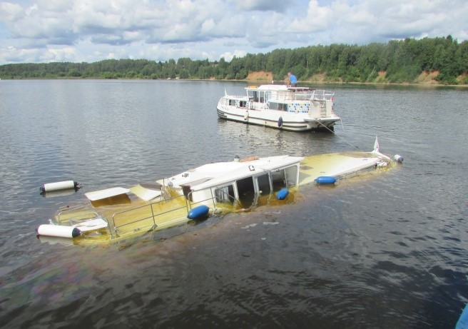 Происшествие на воде: столкнулись туристический теплоход и яхта