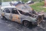 В Вологде на парковке сгорел автомобиль, соседние машины пострадали частично