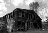 В Вытегре при попытке разбора дома мужчину завалило обгоревшими бревнами