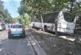 Автобус вылетел на тротуар из-за того, что водителю стало плохо (ВИДЕО)