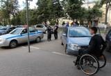 В Вологде машины с парковок для инвалидов увезли на эвакуаторе