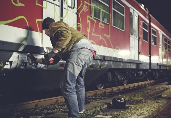 Неизвестные вандалы разрисовывают вагоны СЖД в стиле граффити