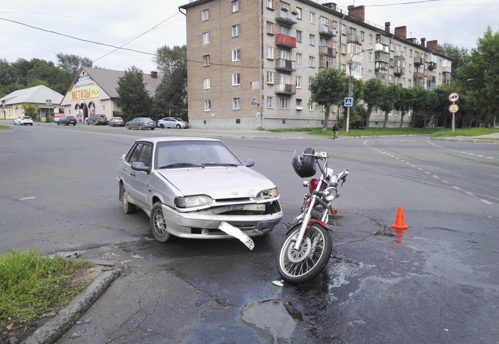 Девушка на мотоцикле не уступила дорогу девушке на автомобиле