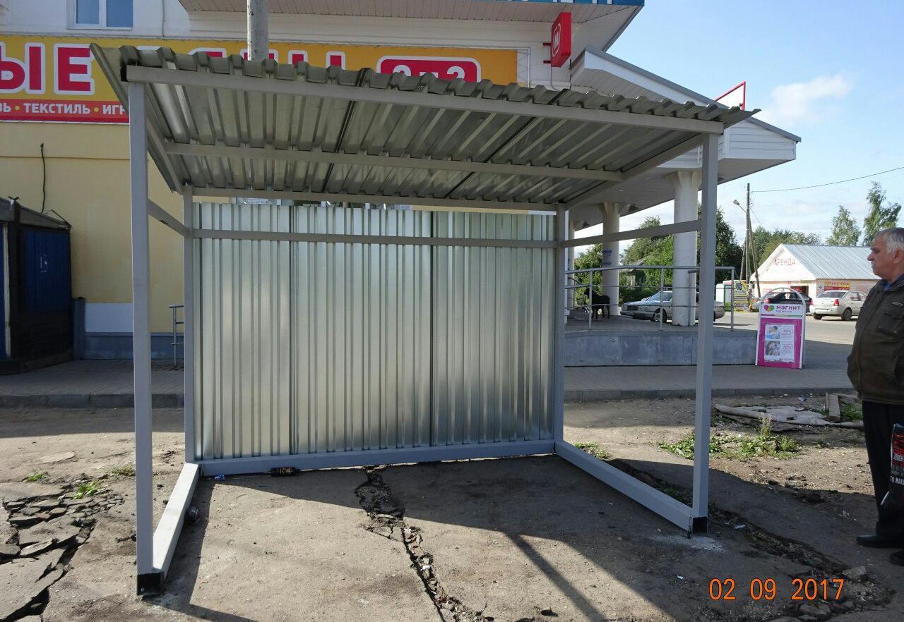 Жители Прилук возмущаются уродливой остановкой общественного транспорта (ФОТО)