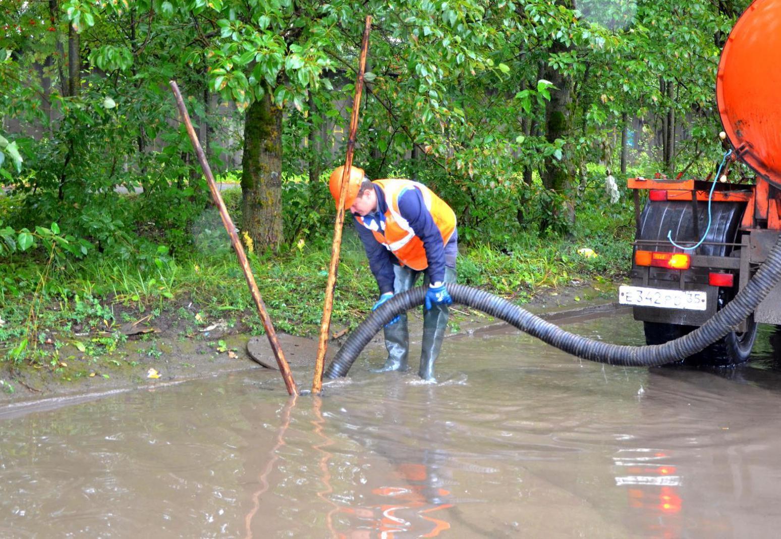 Коммунальщики Вологды откачивают воду с улиц города