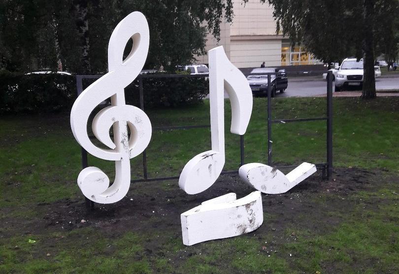 Неизвестные вандалы изуродовали два арт-объекта Вологды