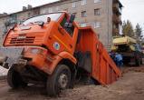 КамАЗ с грузом асфальта провалился под землю в Чагоде (ФОТО, ВИДЕО)