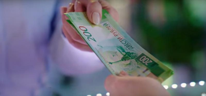 Новые купюры 2000 и 200 рублей странно действуют на людей (видео)