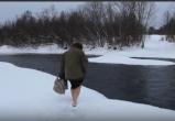 Верховажская пенсионерка ходит за хлебом  вброд  по ледяной воде(ВИДЕО)