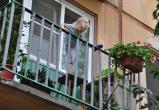 Трое малышей едва не выпали с балкона пятого этажа в Череповце