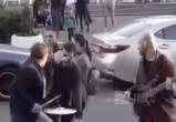 Наглый москвич получил по заслугам от уличного музыканта (ВИДЕО)