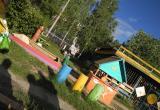 Странный мужчина наблюдает за гуляющими детьми в одном из Вологодских детских садов (ФОТО)