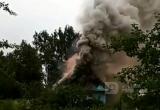 В Череповецком районе сгорел жилой дом: мать с ребенком успела спастись (ВИДЕО)