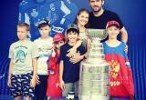 Чемпион мира по хоккею Александр Овечкин показал юным хоккеистам из Вологды свой…Кубок Стэнли
