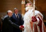 Патриарх Кирилл, посетивший Великоустюгский район, не стал общаться с Дедом Морозом. А Олег Кувшинников стал