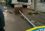 Череповецкий водитель снес дорожный знак, но не стал сбивать пешеходов - нарушителей (ФОТО)