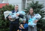 Тройню полицейского Алексея Подосенова при выписке из роддома коллеги завалили подарками