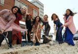 Красивые и нарядные россиянки в канун 8 марта взяли в руки лопаты (ФОТО)