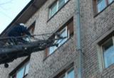 В Череповце спасатели сняли с карниза 3-летнюю девочку, родители были пьяны