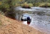 Утопила автомобиль из-за помады. В Бабаевском районе владелица ВАЗ-2110 на полном ходу съехала в реку Колпь
