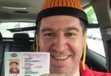 Мужчина сделал фотографию на водительское удостоверение с дуршлагом на голове