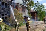 Пожарные спасли трех человек из загоревшегося деревянного доме на Набережной VI Армии в Вологде