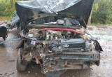 Отечественная легковушка врезалась в дерево и повредила несколько машин в Вологде (ВИДЕО)
