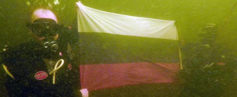 Водолазы из спасательного центра «Вытегра» под водой Онежского озера развернули флаг России