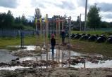 И так сойдет: в Белозерском районе детскую площадку установили в грязи