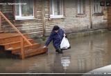 Пожилые люди не могут выбраться из дома из-за большой воды (ВИДЕО)