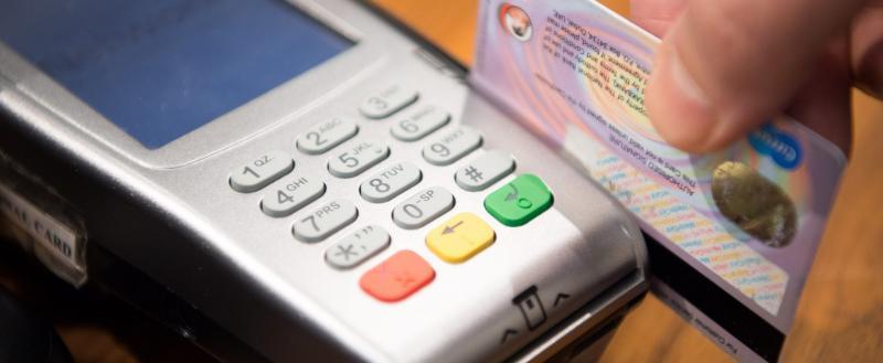Вологжанин решил поесть на деньги с найденной банковской карты