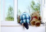 В Череповце малыш чуть не выпал из окна