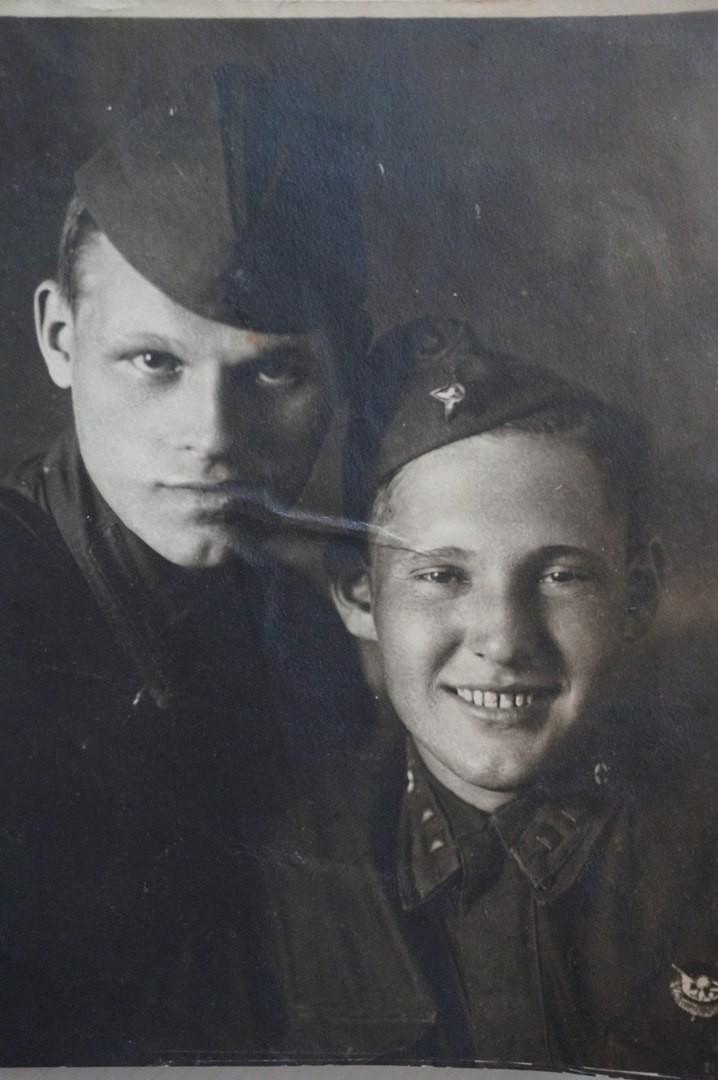 1942 год. Младший политрук Василий Коровкин (справа) с боевым товарищем